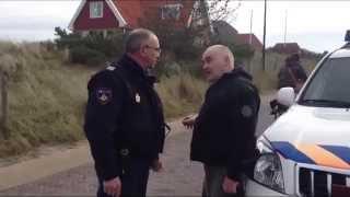 getlinkyoutube.com-GPTV: Agressieve politie agent vliegt cameramannen aan op Vlieland