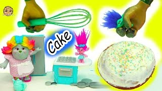 getlinkyoutube.com-Baking A Cake With Dreamworks Trolls Poppy, Branch and Bergen Bridget - Video