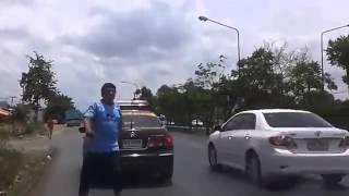 getlinkyoutube.com-วิ่งขวาต้องโดนไถ