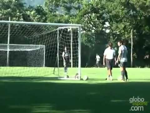 Ronaldinho mete gol detras del arco...Increible!!!