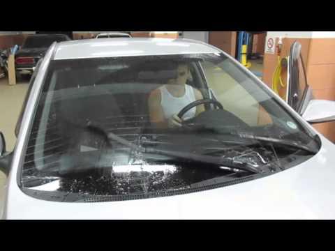 Расположение у Hyundai i30 бачка омывателя лобового стекла