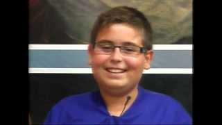 getlinkyoutube.com-Menino não segura a risada durante a reza do terço ao vivo ( Vídeo original)
