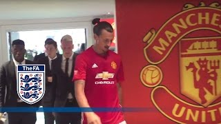 getlinkyoutube.com-Leicester City v Man United - Tunnel Cam (Ibrahimović, Vardy) 2016 Community Shield | Inside Access