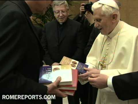 Benedicto XVI recibe a los editores de su nuevo libro 