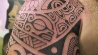 getlinkyoutube.com-Réalisation d'un tatouage tribal par Tétiu, tatoueur Marquisien à Paris
