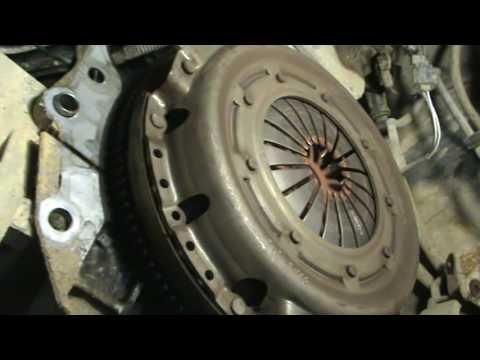 Где находится диск сцепления у Chrysler Stratus