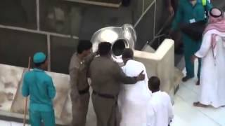 getlinkyoutube.com-What happened to this man in front of the Kaaba Oh God ... I want to do like this man (AMEEN)