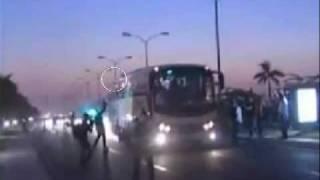فيديو يوضح الاعتداء على حافلة المنتخب الجزائري