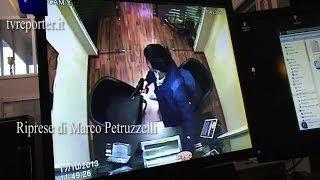 getlinkyoutube.com-DRAMMATICA RAPINA CON OSTAGGIO, ARRESTATO IL RAPINATORE #VOLANTE 113
