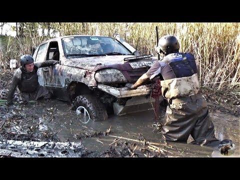 Стартер сдох в грязи, но экипаж Нивы не сдаётся!