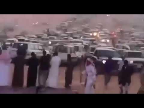 فيديو .. مشهد مهيب لشباب سعوديين يتسابقون لأداء صلاة المغرب بالصحراء