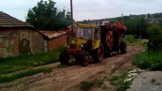getlinkyoutube.com-Трактор болгар ТК-82 С двойно предаване тегли самоходен - зърно Комбайн - НИВА -СК-5-М-1.