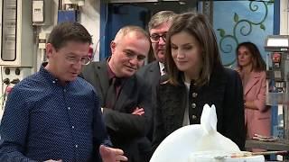 S.M. la Reina visita los talleres de oficios del Teatro Real