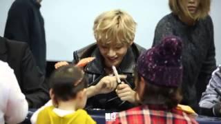 getlinkyoutube.com-141119 BTS V/Taehyung meets a kid boy at Fansign Event