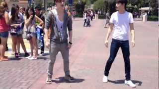 getlinkyoutube.com-EXO K AND M @DISNEY LAND [Lay & D.O dance to MAMA]