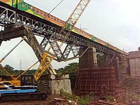 KA Rangkas Jaya melintasi Jembatan Cisauk-Cisedane, Serpong