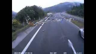 getlinkyoutube.com-閲覧注意 高速道路 事故 ドライブレコーダー 人が車外に投げ出される瞬間 とくダネでOAされました