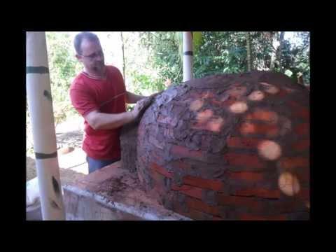 Forno caipira feito de barro