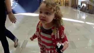 getlinkyoutube.com-الطفلة الأمريكية المعجزة ! ردة فعل غريبة عند سماعها الآذان في مول دبي !