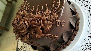 كيكة الشوكولاتة بحشوة موس الشوكولاه والكراميل