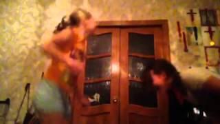 Две девочки отрываются