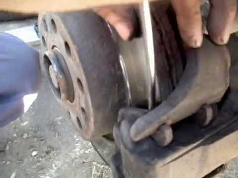 VW Caddy. Замена передних тормозных колодок
