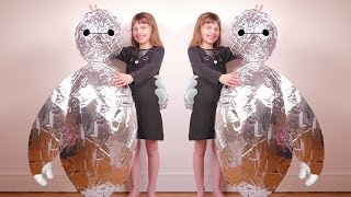 getlinkyoutube.com-[JOUET] Super Oeuf Bonhomme plein de surprises - Unboxing giant full silver egg