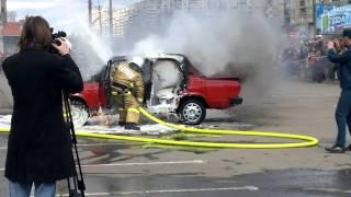 getlinkyoutube.com-Как пожарники тушат горящую машину.