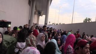 getlinkyoutube.com-Brunei fans wait for EXO's Park Chanyeol - Law of the Jungle