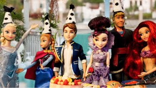 getlinkyoutube.com-ELSA's Birthday Party ft DESCENDANTS Disney Princess Dolls, Full English Movie Toys Parody Kids