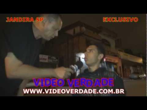 CADEIRANTE ANDANDO PELAS RUAS DE JANDIRA SP CORRENDO RISCO DE VIDA .