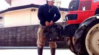 トラクターウエイトの取り付け作業