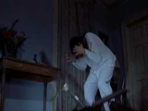 Scary Movie 2 escena pelea con el gato