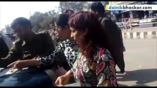 getlinkyoutube.com-Girls Fight with Traffic Police in Satna, Madhya Pradesh || Caught on Camera