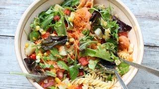 Hladna osvežavajuća salata sa pastom povrćem i lososom