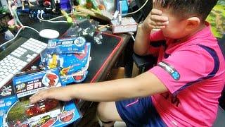 터닝메카드 다이크 네오 메카니멀 신제품을 선물 받고 좋아하는 아이의 모습