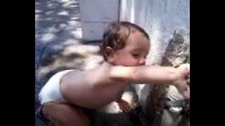 getlinkyoutube.com-criança bebendo água na torneira e lavando a mao