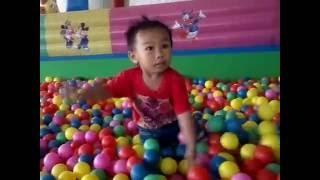 getlinkyoutube.com-Seru! Mainan anak Mandi Bola