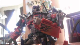 getlinkyoutube.com-Transformers Stop-Motion: DOTM Optimus Prime Vs. Sentinel Prime
