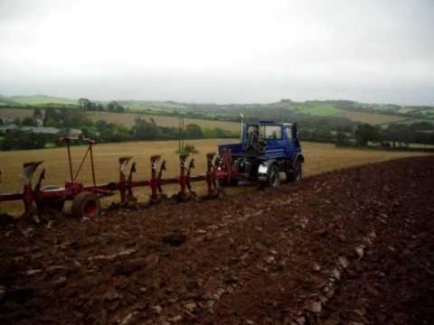 Mercedes Unimog U1600 ploughing