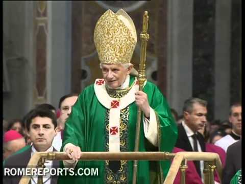 Benedict XVI now using mobile platform to enter St  Peter's Basilica