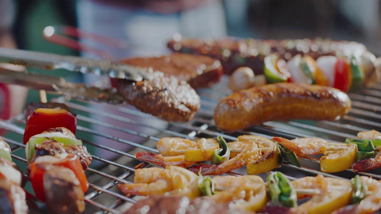 Nous sommes déjà impatients de faire à nouveau un barbecue ensemble ! Devos Lemmens réunit tout le monde autour de la table. C'est lui !