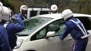 getlinkyoutube.com-緊急走行!!逮捕の瞬間!!警視庁 白バイ 車ガラス破壊の大捕物!!東京 市ヶ谷 2013.11.7 POLICE motor cycle Arrest break the window!!!!