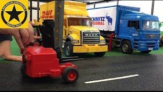 getlinkyoutube.com-BRUDER Container Trucks bworld LOGISTIC MAN Wechselbrücke, Mack DHL