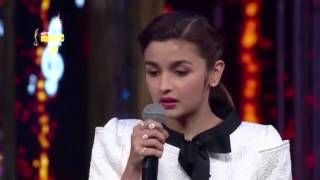 "getlinkyoutube.com-Alia Bhatt sings ""Samjhawan"" Live 