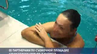 getlinkyoutube.com-Девушка 12 минут плавала с белухами в ледяной воде