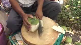 getlinkyoutube.com-การปอกมะพร้าวอ่อน ให้เหลือแต่เนื้อหุ้มน้ำ