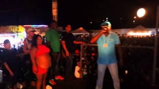 Mc DiDo duelando com Mc Mazinho no baile do Campim