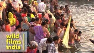 getlinkyoutube.com-Pilgrims taking a holy dip at varanasi ghat on the occasion of Maha Shivratri