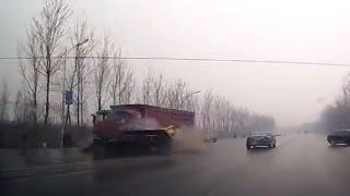 【閲覧注意】即死?!スリップしたトラックが大型トラックに顔面潰される瞬間・・・・